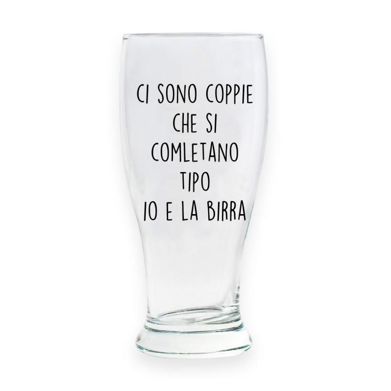 """Bicchiere da birra """"CI SONO COPPIE CHE SI COMPLETANO, TIPO IO E LA BIRRA"""""""